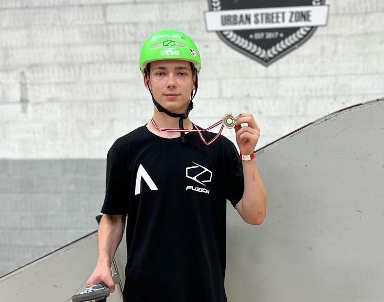 Jakub Kulpa z medalem w ręku